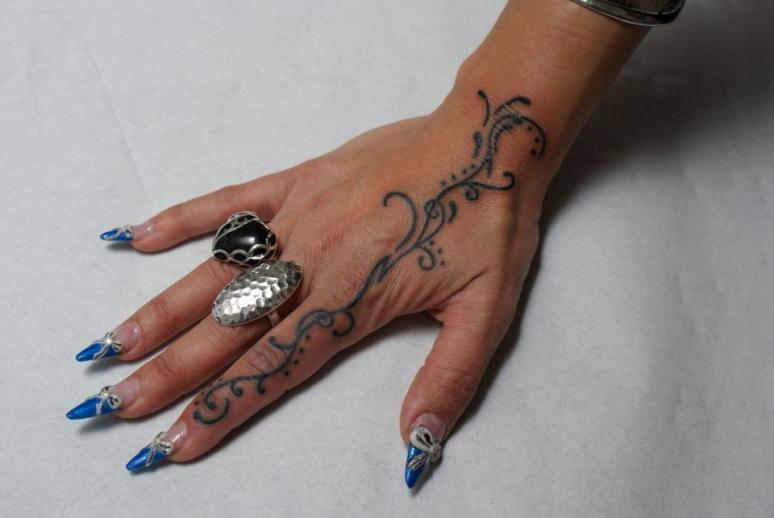 tatouages doigts ides de tatouages discrets pour les. Black Bedroom Furniture Sets. Home Design Ideas